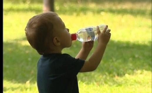 Стоит ли пить воду во время жары